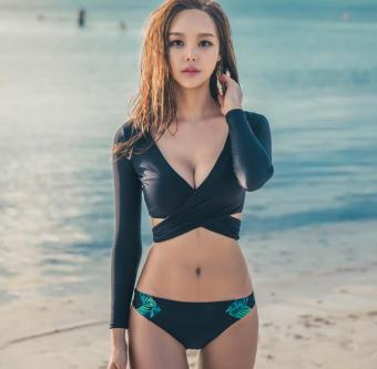 Korean-style v-neck long-sleeved sun split bikini swimsuit (Dark bikini three sets) (Dark bikini three sets)